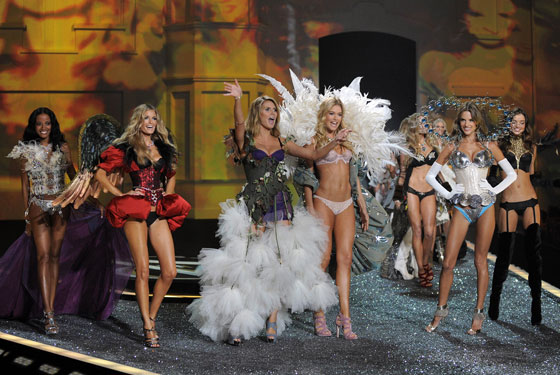 Victoria's Secret fashion show during the 2009 New York Fashion Week included host Heidi Klum and VS's stable of high-priced lingerie models including Giselle Bunchen