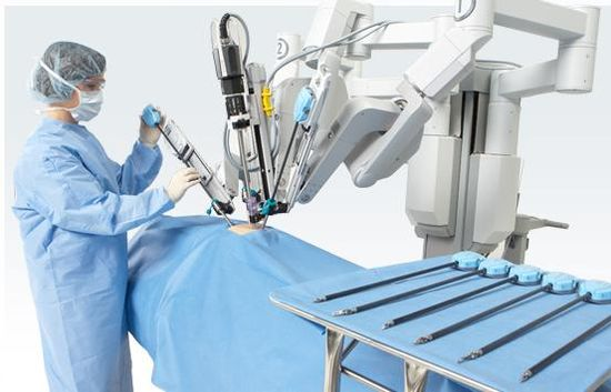 Intuitive Surgical da Vinci robotic surgical system'a robotic surgical arms being readied for surgery