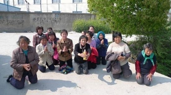 21 village ladies from Kunshan begged the IPE to stop the hazardous waste pollution by Foxconn