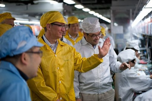 Apple CEO Tim Cook tours Foxconn's iPhone plant in Zhengzhou, China accompanied by the Foxconn plant manager - MIC Gadget