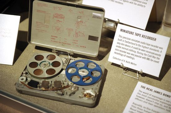 A precision miniature audio tape recorder was built in Switzerland to the highest possible standards. As a very slim device, it could be worn inconspicuously under normal clothing