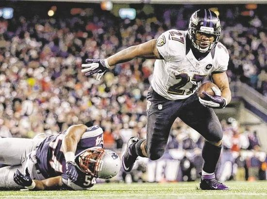 Baltimore Ravens runing back Ray Rice #27 runs for a touchdown in the AFC championship game against the New England Patriots