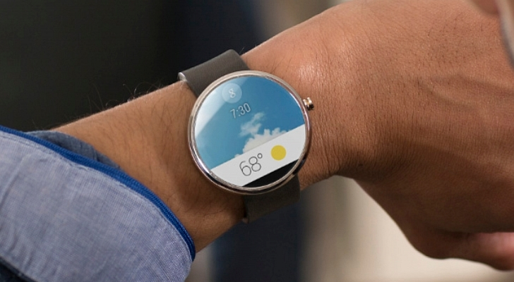 Moto 360 switches face to show the present temperature