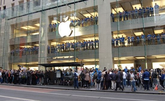 Apple evangelists for line outside an Apple store to buy the new iPhone 6S and 6S plus